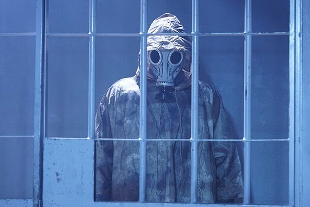 【写真を見る】清晴の前に何度も立ちはだかるガスマスクの男の正体は!?