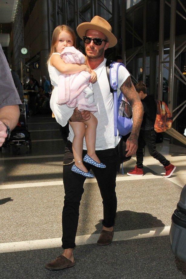 【写真を見る】娘のハーパーを抱いて登場したデビッド・ベッカム