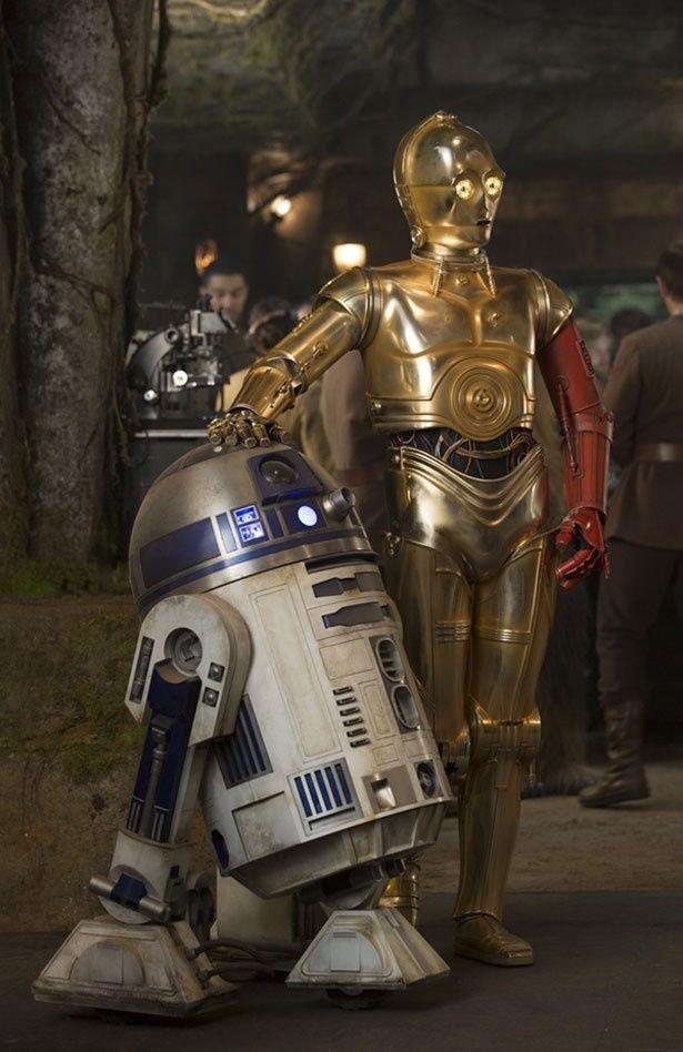 新作にも登場するR2-D2とC-3PO。C-3POの左腕に注目!