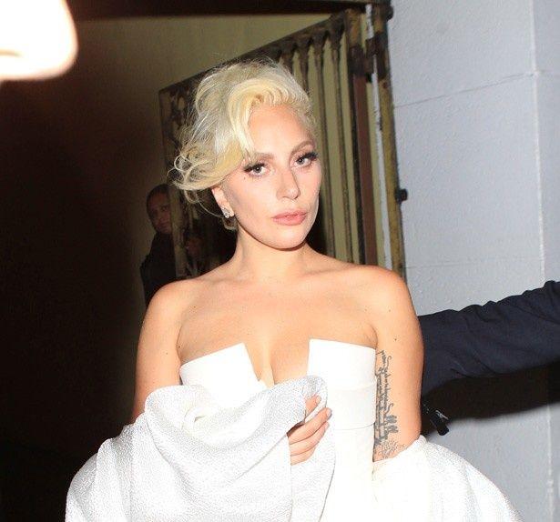 胸元を大胆に露出する白いドレスで現れたレディー・ガガ