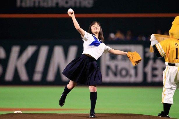 橋本環奈がヤフオクドームにて行われた始球式に挑戦!