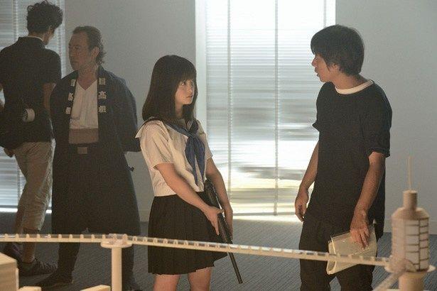 撮影前に前田弘二監督と入念に打ち合わせをする橋本