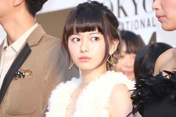 奇しくも島崎遥香とよく似た白いふわふわドレスで登場した山本舞香