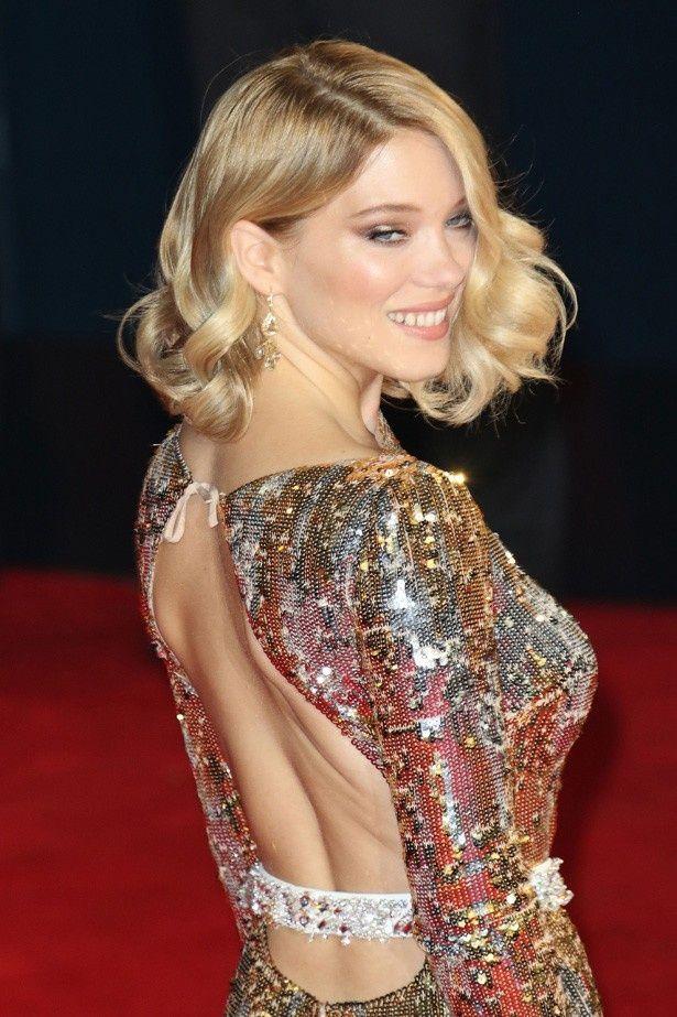 ロンドンで開催されたロイヤルプレミアでは、大胆に背中のあいたドレスで登場したレア・セドゥ
