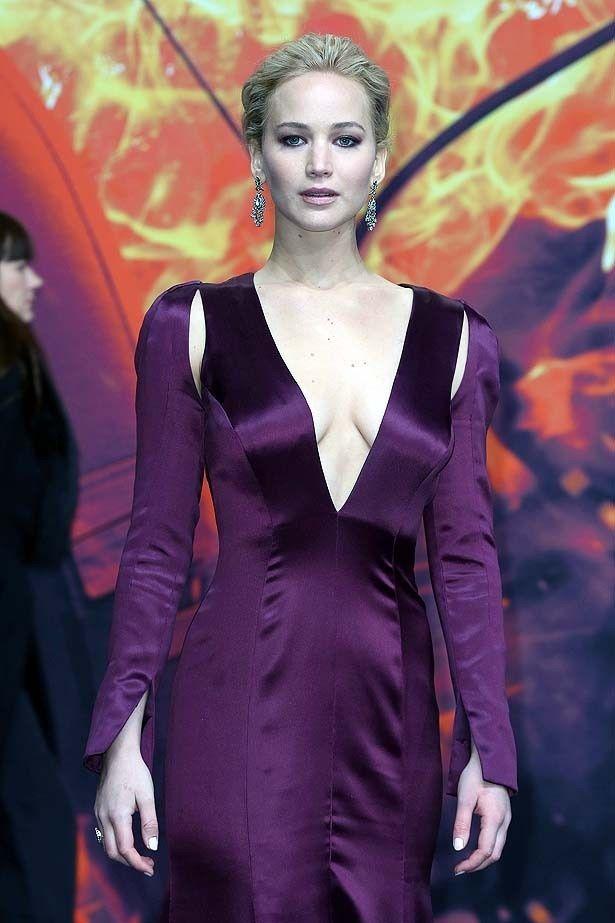 ベルリンで行われたプレミアではパープルの深く胸元が開いたプランジネックのドレスで登場