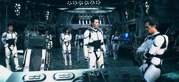 緻密に作り上げられた宇宙船のセットに集結した伊藤英明ら豪華キャストたち