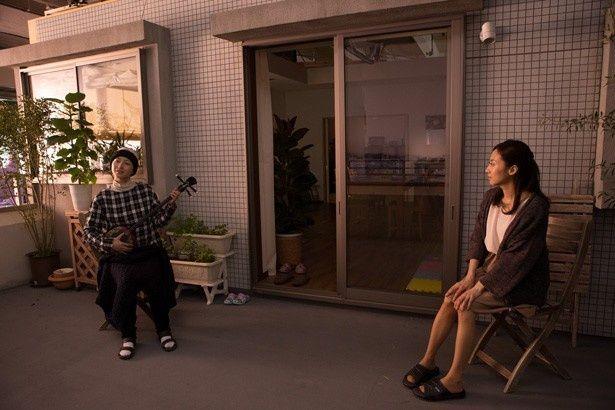 【写真を見る】三線の弾き語りに挑戦した広末涼子