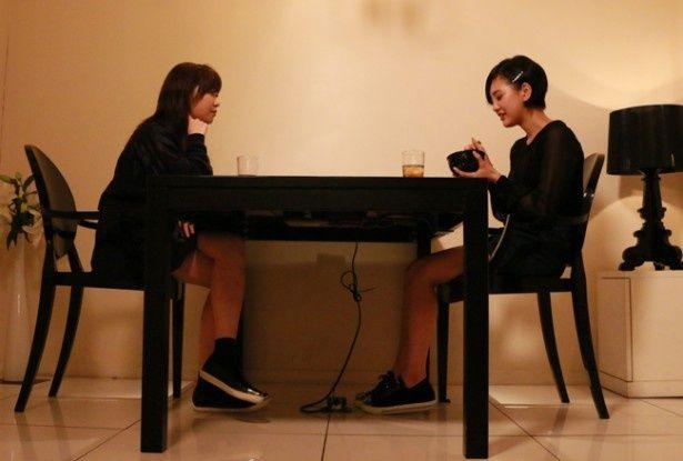 『尾崎支配人が泣いた夜 DOCUMENTARY of HKT48』で指原莉乃は食事をしながらメンバーの本心に迫っていく(写真右は児玉遥)