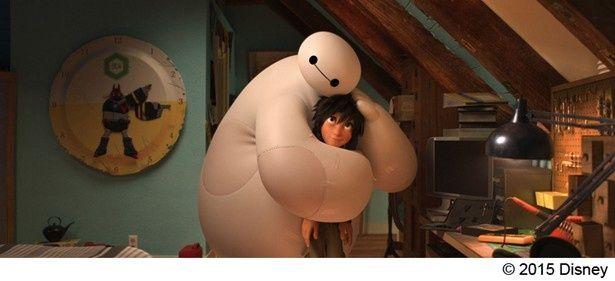 【写真を見る】ふわぷに感触のベイマックス。こんな風に抱きしめられたい?