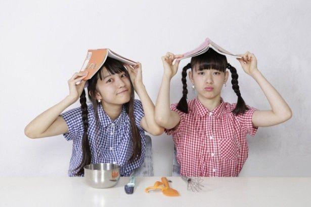 【写真を見る】生ハム担当の西井万理那(写真左)と焼うどん担当の東理紗からなる現役JKユニット