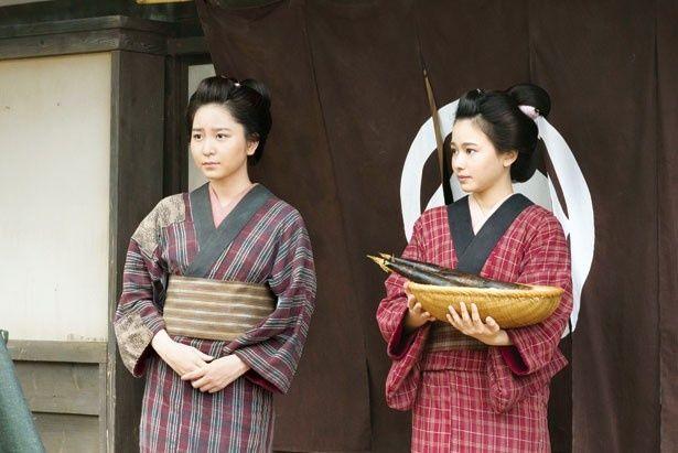 時代劇に挑戦した岩田華怜(写真左)