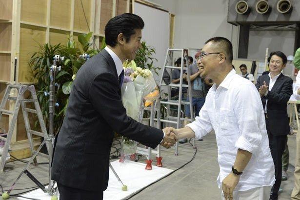 【写真を見る】半年に及ぶ撮影を終えた上川、満面の笑みでがっちり握手!