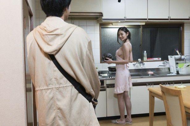 片山萌美がまさかの裸エプロン姿を披露