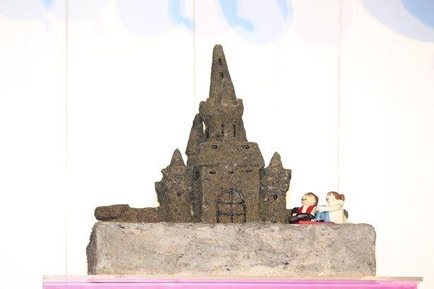 劇中に登場した砂の城を模したサプライズケーキも登場!
