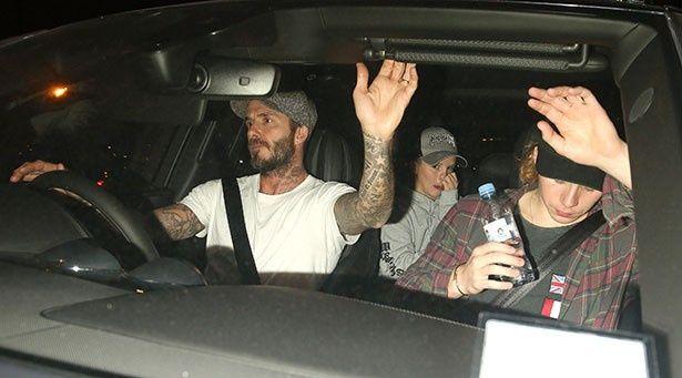 【写真を見る】車で帰宅するデビッドと子供たち
