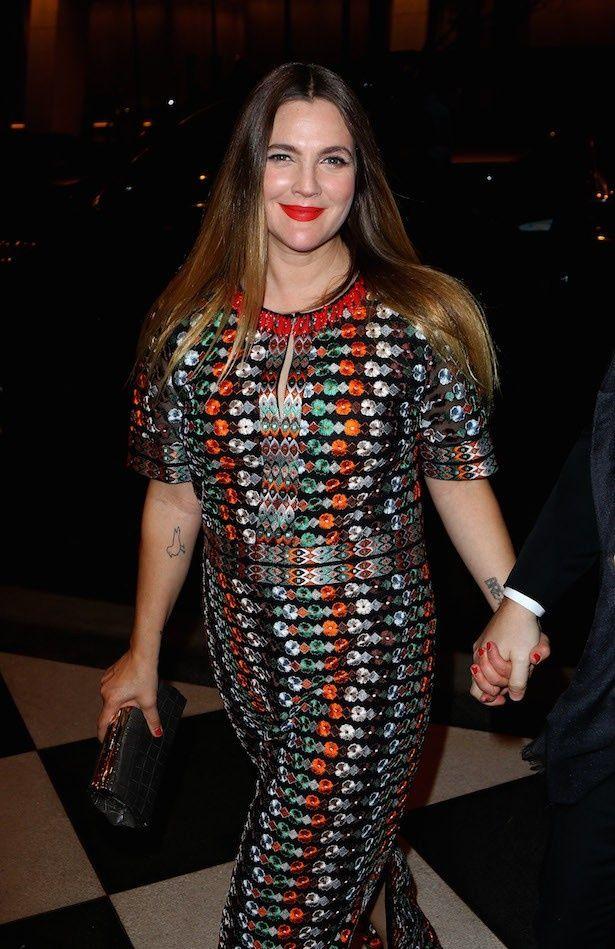 4月にトリーバーチのストライプドレスを着て登場したドリュー
