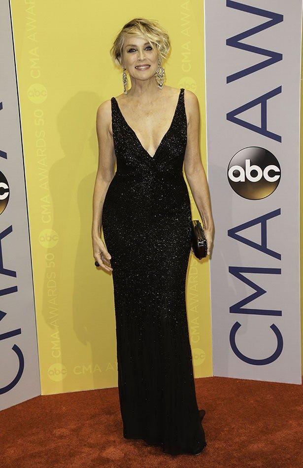 シャロンはエレガントな黒いロングドレスでイベントに登場