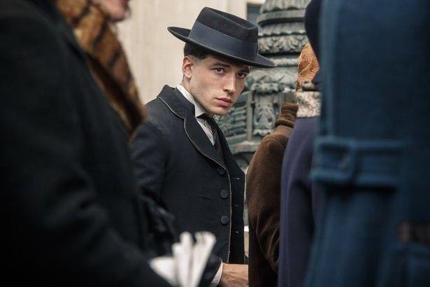 物語のカギを握るキャラクターを演じた若手俳優エズラ・ミラー