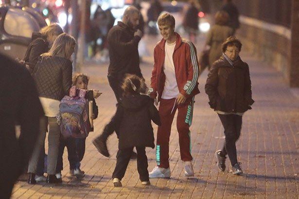 【写真を見る】バルセロナ市内でファンと交流するジャスティン・ビーバー