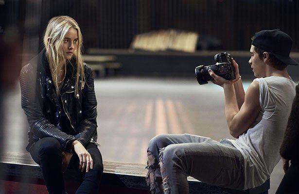 【写真を見る】美女モデルの撮影に臨むブルックリン・ベッカム