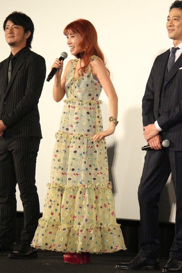 屋内の舞台挨拶ではコートを脱ぎ、中に着ていたドレスが露わに!