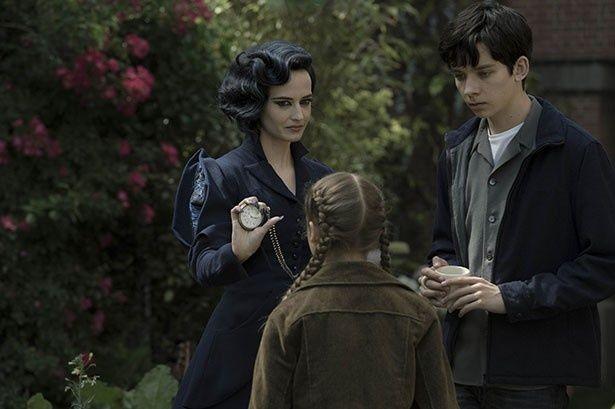 【写真を見る】ジェイクと子どもたちの美しき保護者ミス・ペレグリン